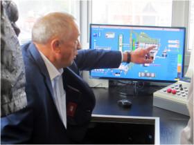 州长在控制室仔细询问设备的操作情况