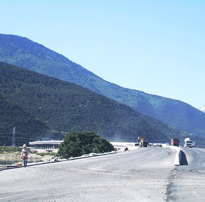 林芝機場道路施工現場