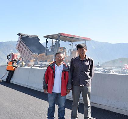 路面項目負責人宋經理(圖左)和拌和站負責人史經理(圖右)