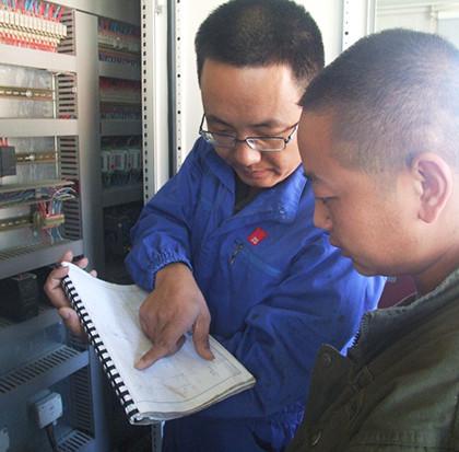 服務工程師陳青松與瀝青拌合站操作手進行細緻交流