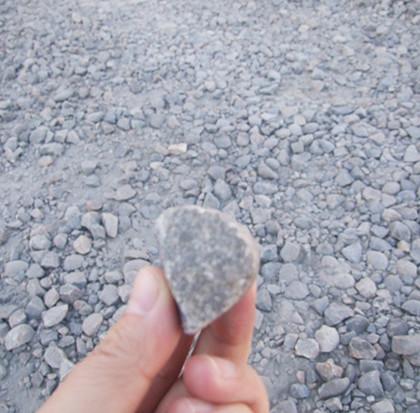 鵝卵石特別堅硬,被破碎後如同刀片一樣鋒利,對篩網磨損相當嚴重