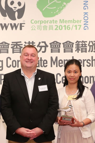 Ms Sandra Ng, Assistant to CEO of D&G Technology, received the trophy of bird model from Mr Peter Cornthwaite, CEO of WWF-Hong Kong