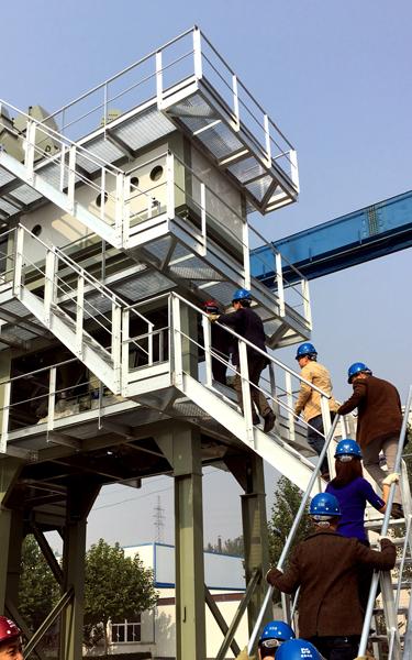 投資者登上瀝青攪拌站作近距離的參觀