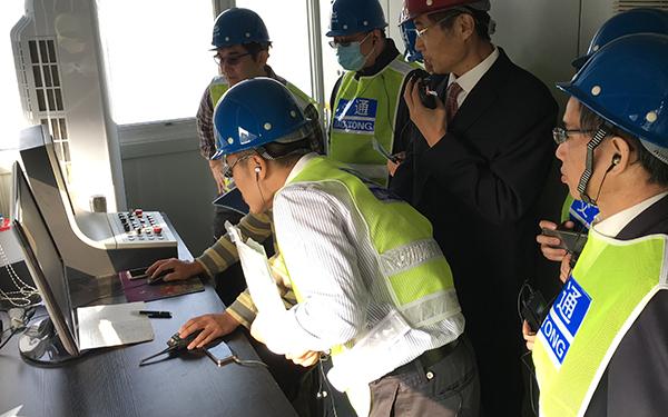 工作人員講解德基科技自主研發的飛越電腦控制系統